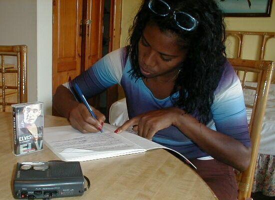 Evelyn escribiendo las letteras del cancion