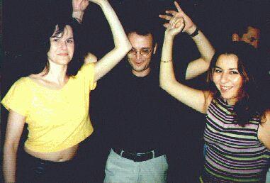 Sabine und Freundin tanzen zu zweit mit 1 Mann bailando con 2 chicas